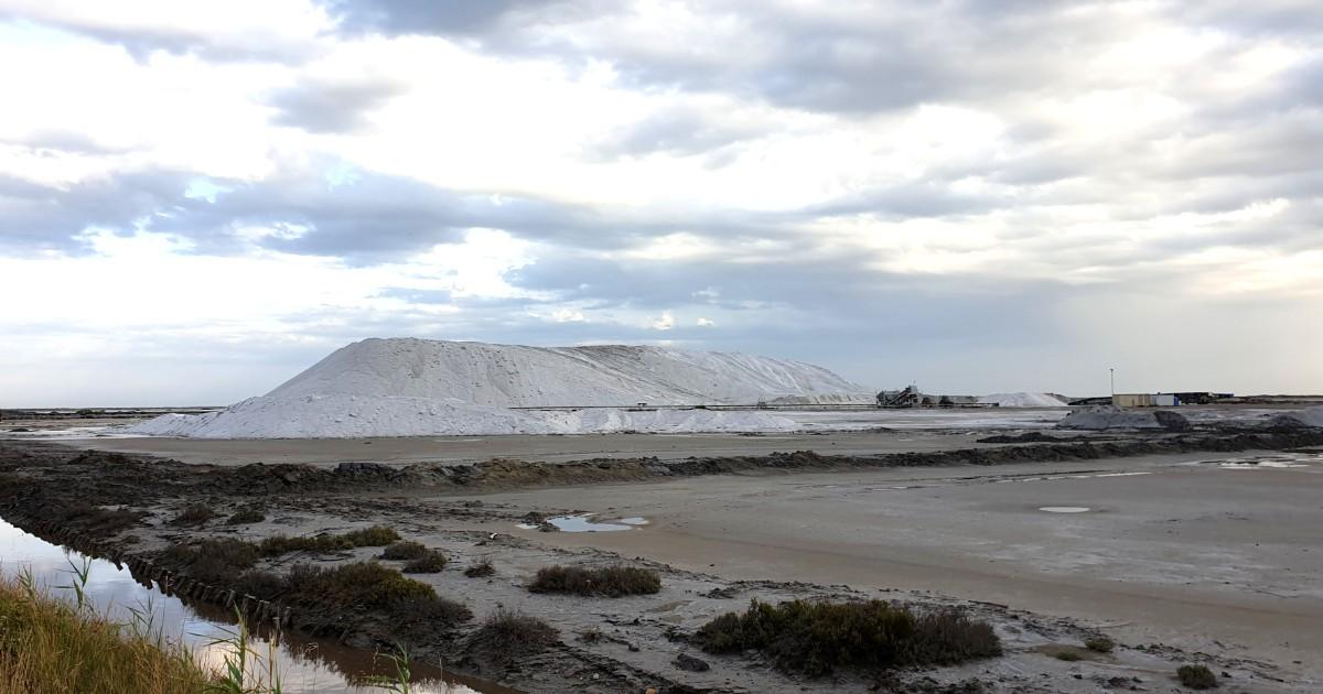 Производство соли в Камарге. Гора соли вблизи города Сален де Жиро.